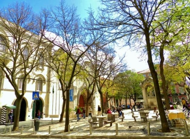 Plaza-Largo-Trindade-Coelho-Barrio-Alto-Lisboa-Portugal