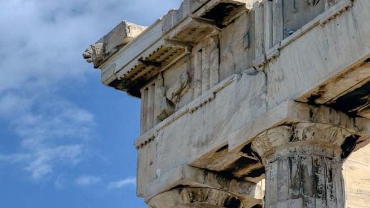 Columna y friso del Partenón, uno de los mejores lugares de Grecia en la Acrópolis de Atenas