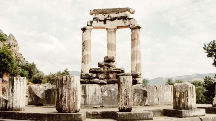El Oráculo de Apolo es el monumento más famoso en las ruinas de Delfos