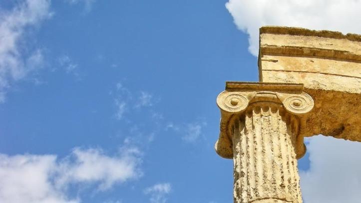 Imagen contrapicada de un capitel jónico en el Filipeo de Olimpia